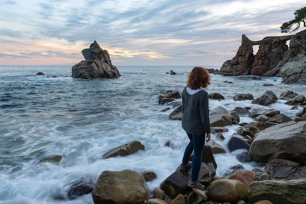Необычные скальные образования в море