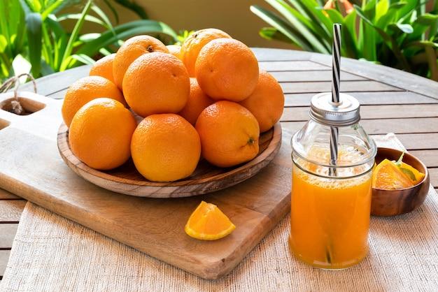 素朴な雰囲気の中で採れたてのオレンジのオレンジジュース