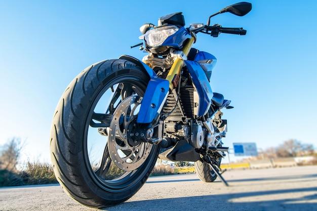 青い裸のオートバイ