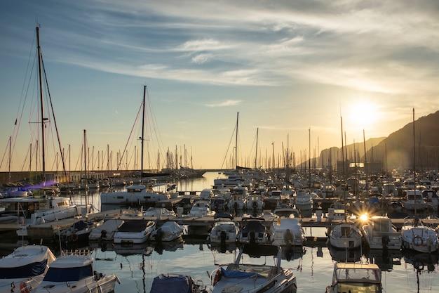 日没時の小さくて居心地の良い港