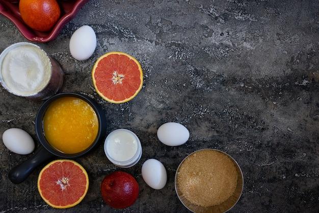 Ингредиенты для поддержки кровяной апельсиновый пирог на темном фоне