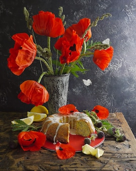 自家製レモンケーキと赤い花。飛んでいる蝶