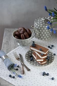 チョコレートビスケットクッキーとサンドイッチアイスクリーム。ブルーベリーと折り畳まれたアイスクリームのスタック