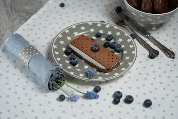 チョコレートビスケットクッキーとサンドイッチアイスクリーム。古典的なイングリッシュブレックファストやブランチではない