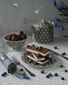 チョコレートビスケットクッキーと蝶とサンドイッチのアイスクリーム。折り畳まれたアイスクリームのスタック