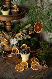 ベリーで飾られたホワイトとダークチョコレートで作られたクリスマスカップケーキ