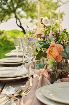 庭の自然の中で装飾結婚式の夕食