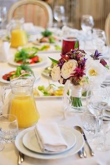 結婚式のテーブルの装飾。イベントパーティーや結婚披露宴用の美しいテーブルセット