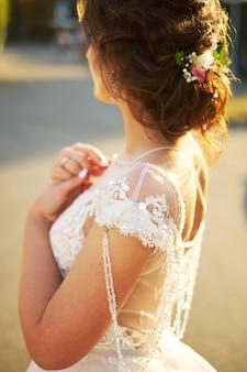 花嫁は窓の外に見えます、結婚式の日、立ち返り