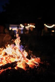 自然の中で火災します。火からのボケ味。ぼやけた背景