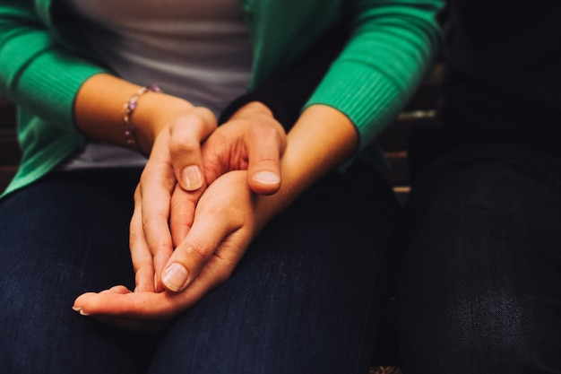 男と女が手をつないでください。閉じる。デートに恋するカップル。ラブストーリー