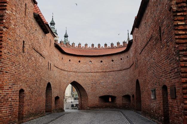 ポーランドの都市ワルシャワに位置するバルビカン門の眺め