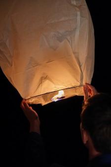 暗い夕方の空に飛び出す前に天の提灯に火をつけ