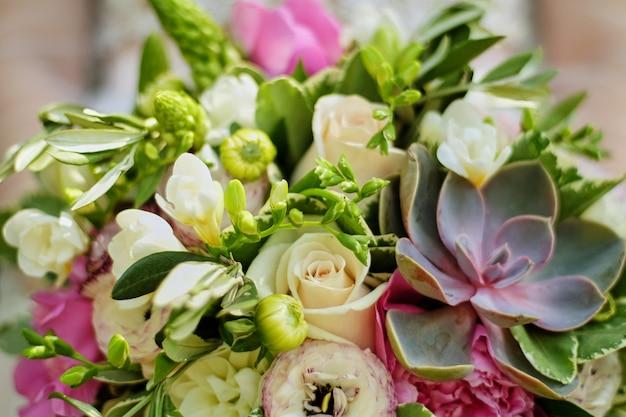 多肉植物と花嫁の手の中のウェディングブーケ