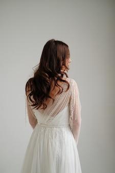 Утро невесты. невеста стоит, студия, белый фон