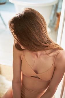 彼女の髪をとかす若い美しい女性