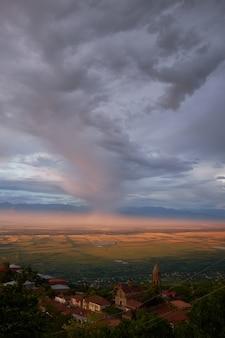 アラザニ渓谷、空に浮かぶ雲の眺めに鳥の目。