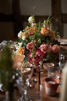 素朴なスタイルの夏の結婚式の夕食のテーブルを設定する