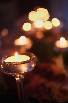 燃えるろうそくの明かり、静けさのシンボルの配置。