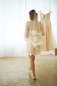 概念的な結婚式、インテリアのスタジオで花嫁の私室料金の朝