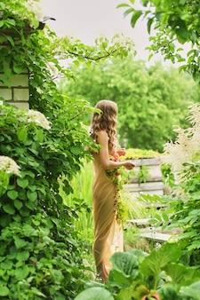 シルクのウェディングドレスの花嫁ウェディングブーケ