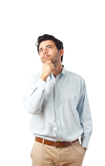 若い男が白い背景を考える