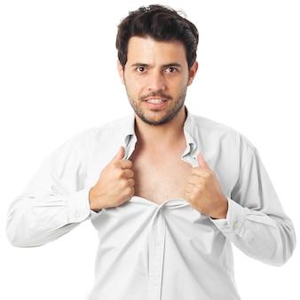 若い男がスーパーヒーローのように振る舞い、彼のシャツを引き裂く