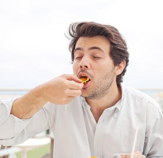 チップを食べる若い男