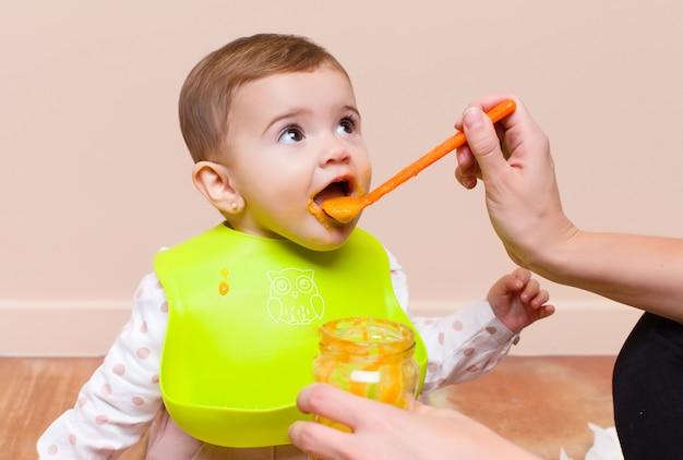 赤ちゃんと両親の昼食