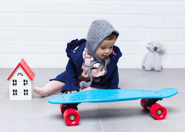 Городской взгляд малыш с скейтбордом