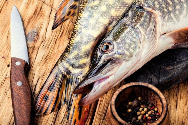Рыбная щука на кухонной доске