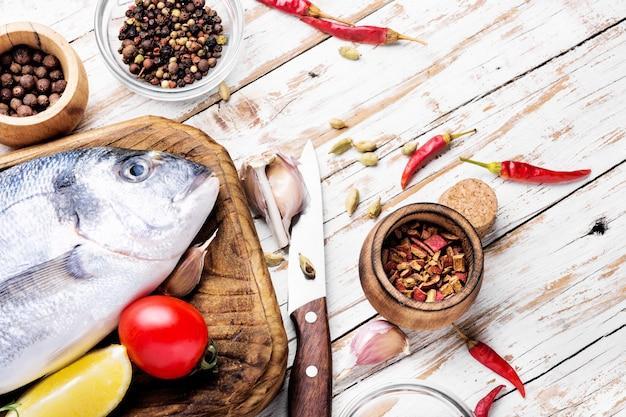 Сырая рыба и ингредиенты для приготовления