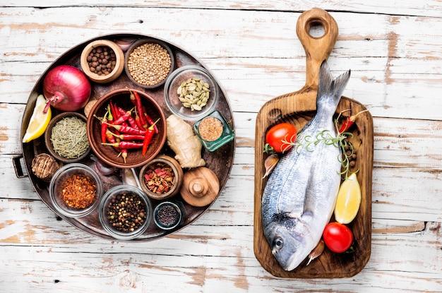 Сырая свежая рыба дорадо
