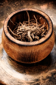 Сушеные корни валерианы