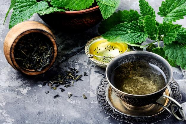 Зеленый мелисса травяной чай