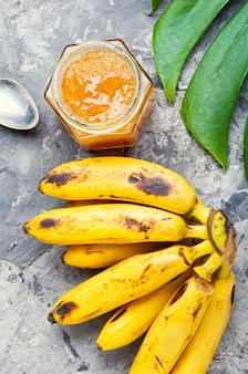 Стеклянная банка с вареньем из банана