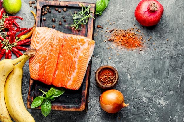 Свежая сырая рыба лосось