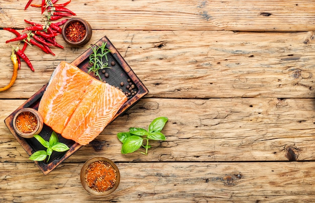 Свежая соленая рыба лосось