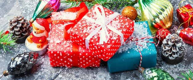 クリスマスプレゼントまたは装飾と松ぼっくりのプレゼント