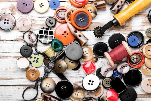木製の机の上の裁縫用具