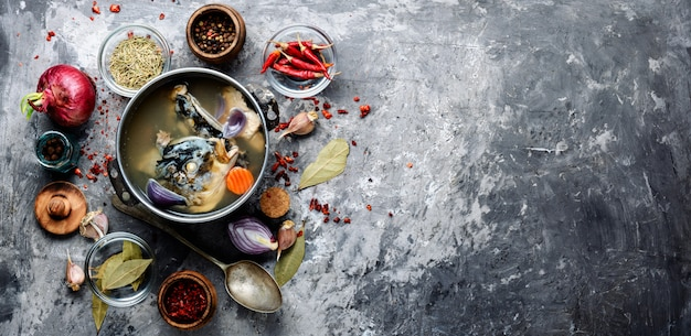 金属鍋の魚のスープ