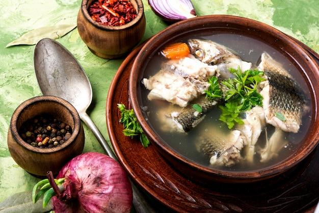 皿に魚のスープ