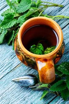 緑の新鮮なメリッサの葉とお茶