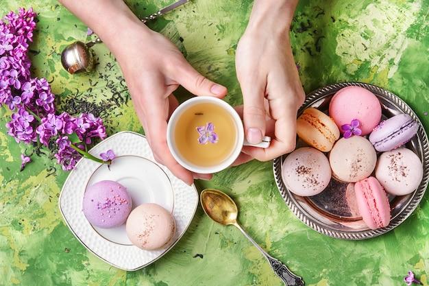 甘いフランスのマカロンとお茶