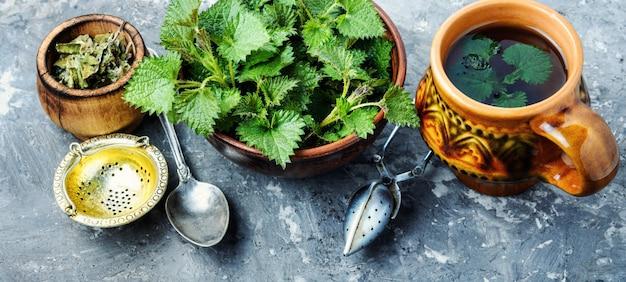 新鮮なイラクサとお茶