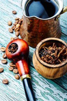 喫煙パイプとコーヒー