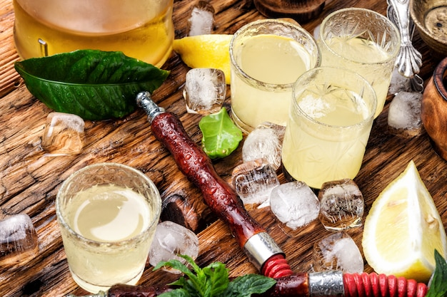 Восточный курить кальян и алкоголь
