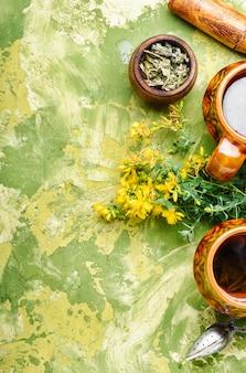 セイヨウオトギリソウの花とお茶