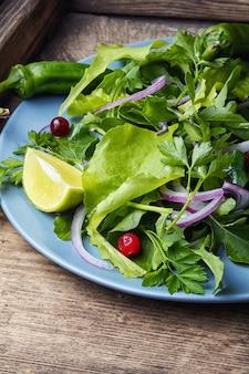 Листовой овощной салат