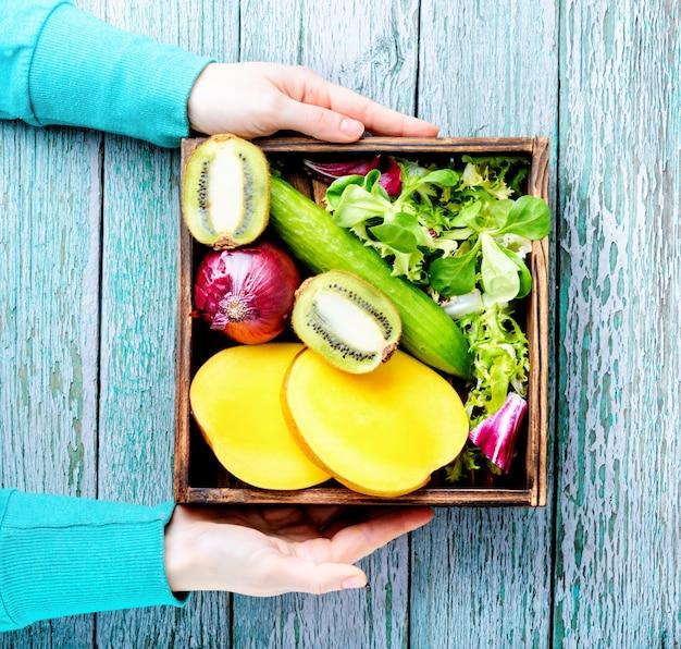 Ассорти из свежих фруктов и овощей